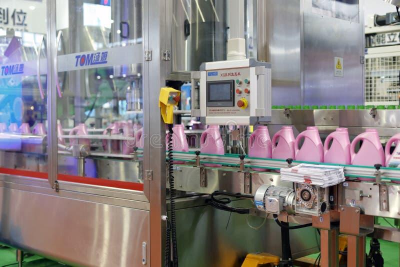 Linha de produção de enchimento do líquido de lavagem imagem de stock