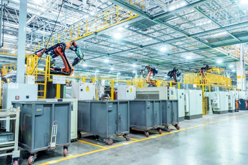 Linha de produção do carro do robô imagens de stock royalty free