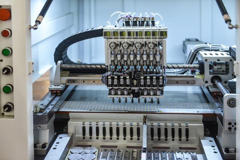Linha de produção do robô na fábrica fotos de stock