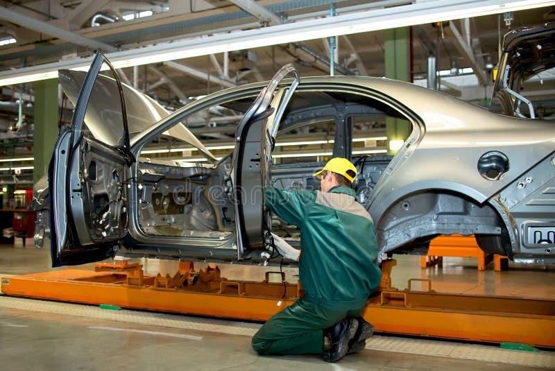 A linha de produção para o conjunto de veículos novos imagem de stock