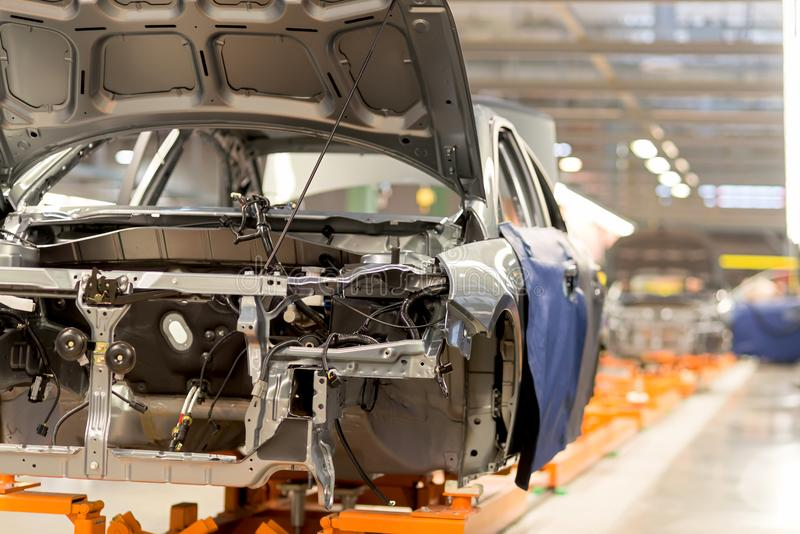 A linha de produção para o conjunto de veículos novos foto de stock