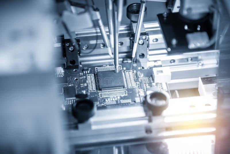 A linha de produção de placa eletrônica com microchip fotografia de stock