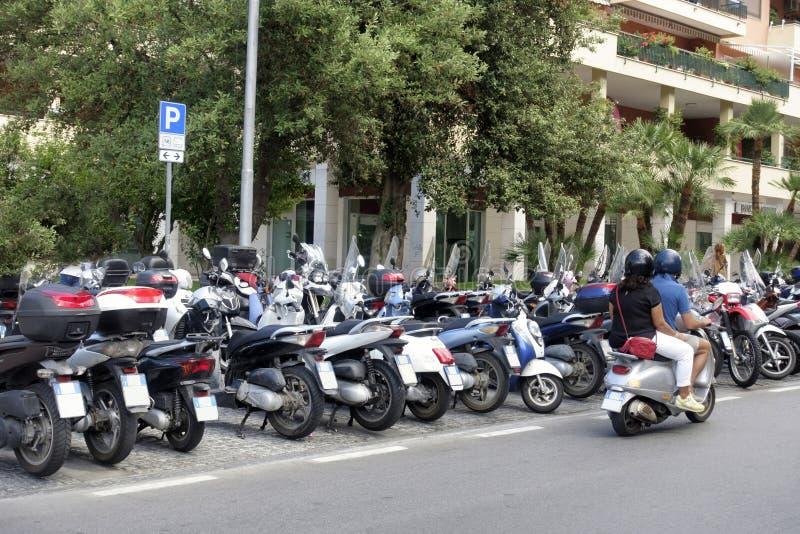 Linha de scooters na rua de Sorento imagem de stock