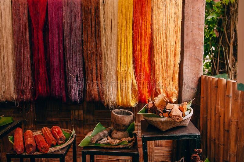 Linha de seda colorida e matéria prima natural da tintura da cor imagens de stock