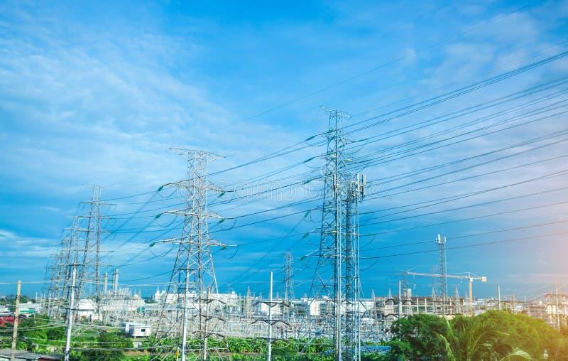 Linha de torre elétrica de alta tensão Silhueta de instalações de alimentação elétrica com fundo azul fotografia de stock