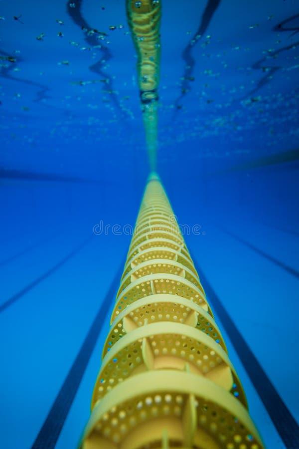 Linha dequebra de flutuação da pista da piscina imagem de stock