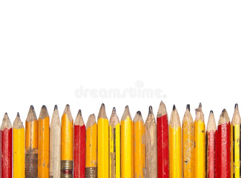 Linha desigual dos lápis velhos fotografia de stock royalty free