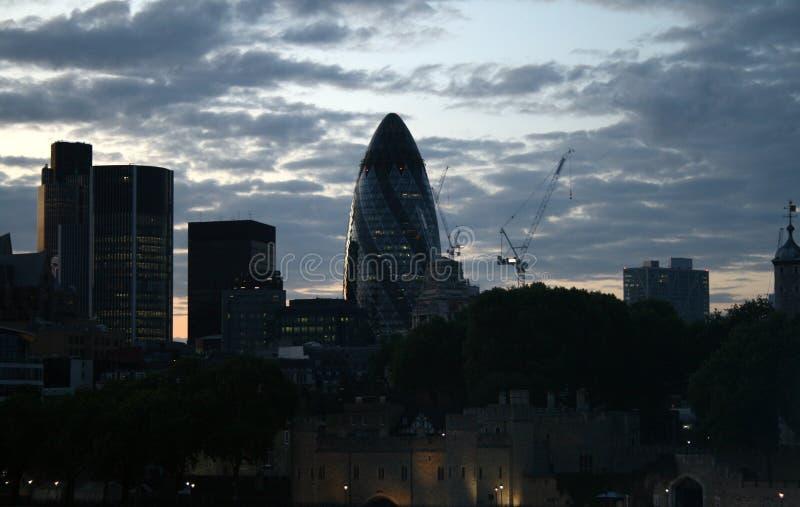Linha do céu de Londres da noite que caracteriza a construção do pepino imagens de stock royalty free
