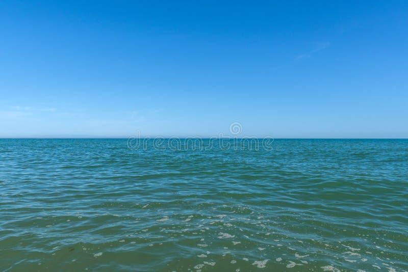 Linha do céu sobre a paisagem do mar imagem de stock royalty free