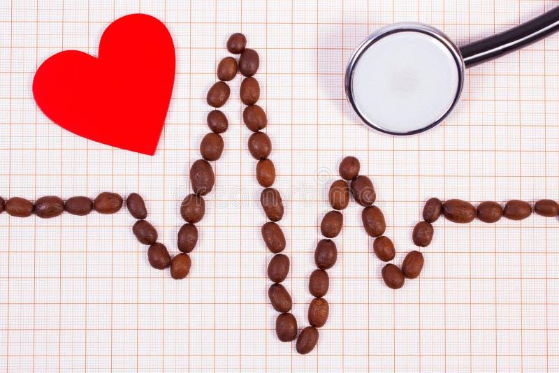 Linha do cardiograma feita dos grãos de café, do estetoscópio e do coração vermelho fotos de stock royalty free