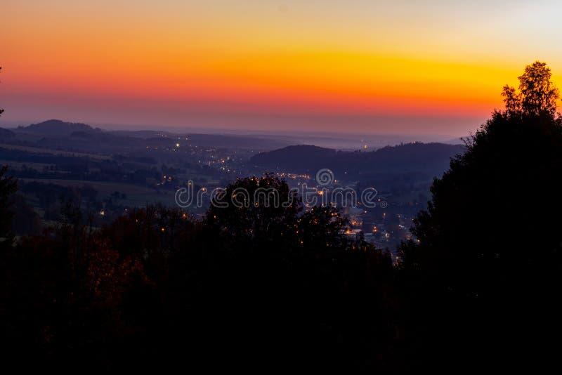 Linha do horizonte de céu e de nuvens alaranjados com tempo alaranjado dourado bonito do por do sol com natureza clara do nascer  fotos de stock royalty free