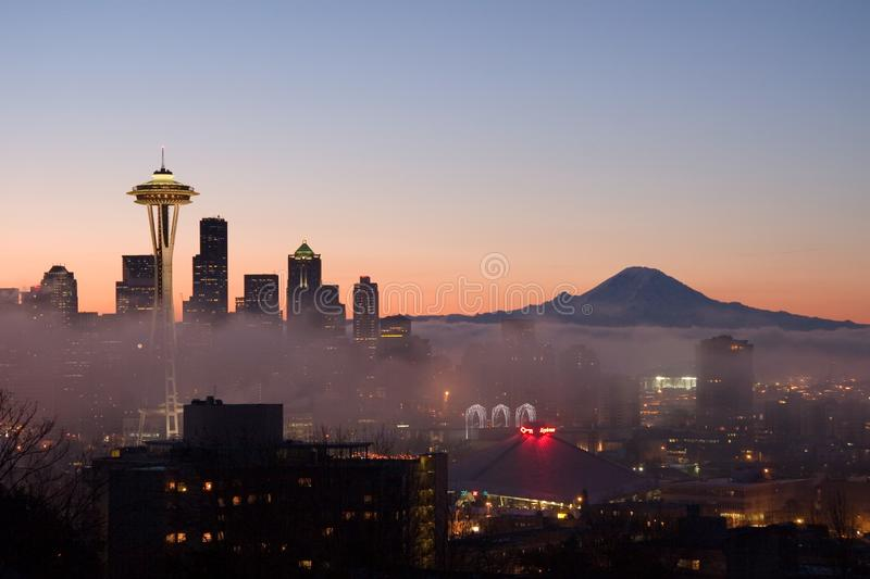 Linha do horizonte de Seattle Washington ao amanhecer foto de stock