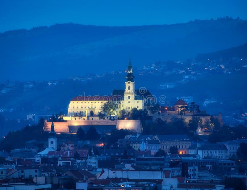 Linha do horizonte Nitra com castelo do calvário, Eslováquia foto de stock royalty free