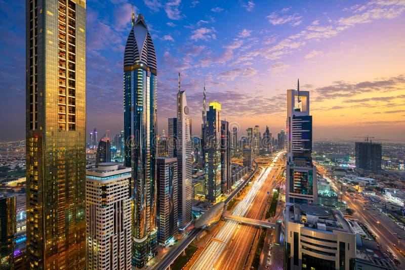 Linha do horizonte noturno de Dubai, EAU imagem de stock