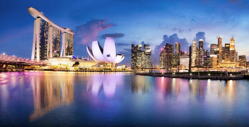 Linha do sol de Singapura no distrito comercial, Marina Bay foto de stock royalty free