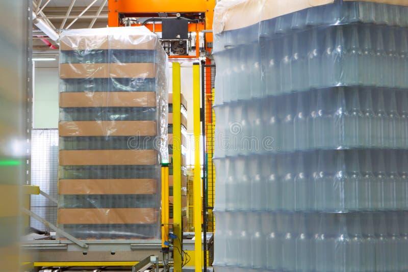 Linha do transporte de garrafas imagens de stock royalty free
