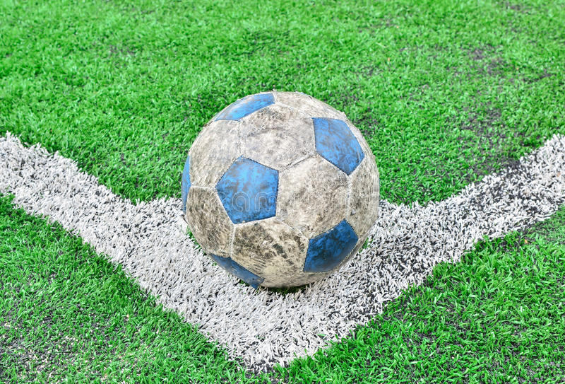 Linha e bola da grama do estádio do campo de futebol do futebol fotos de stock royalty free