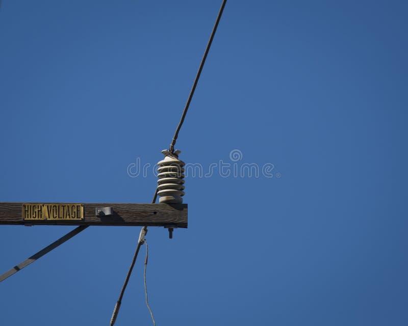 Linha eléctrica de alta tensão - azul fotos de stock royalty free