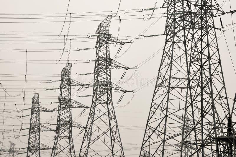 Linha eléctrica de alta tensão - azul ilustração stock