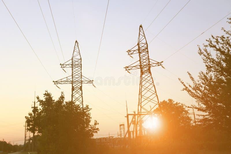 Linha eléctrica no por do sol imagem de stock
