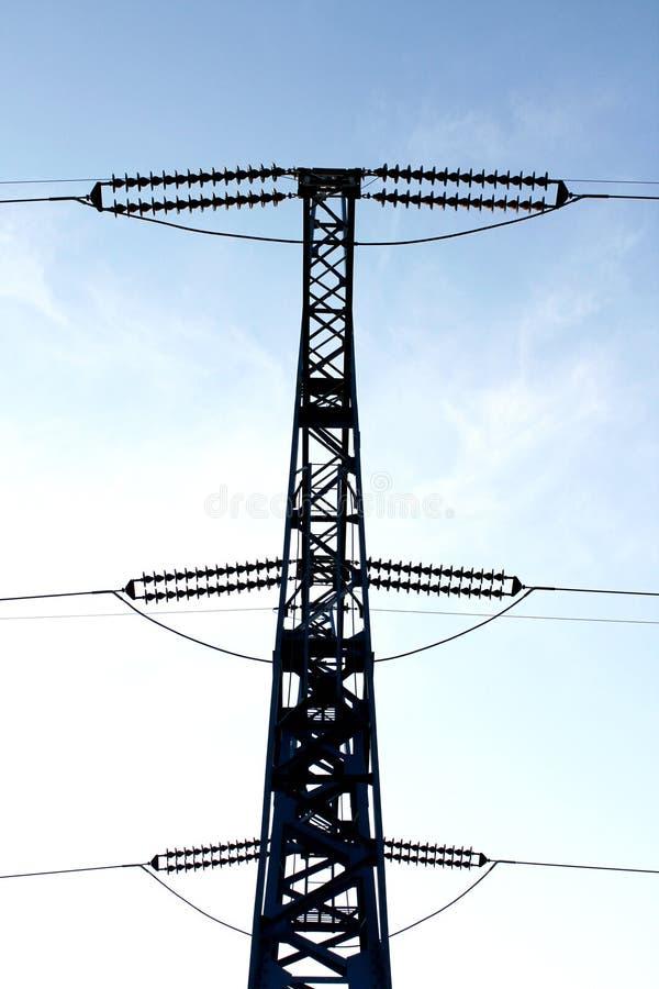 Linha elétrica de alta tensão contra o céu imagem de stock