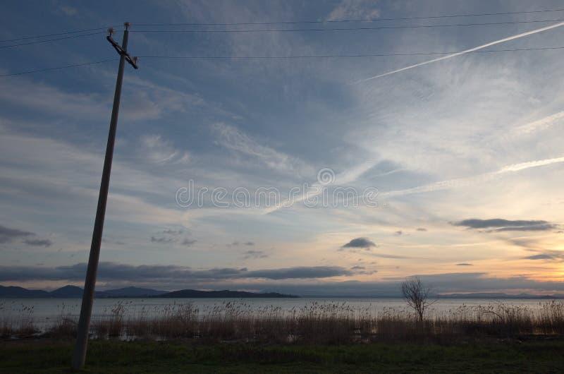 Linha elétrica no lago imagem de stock royalty free
