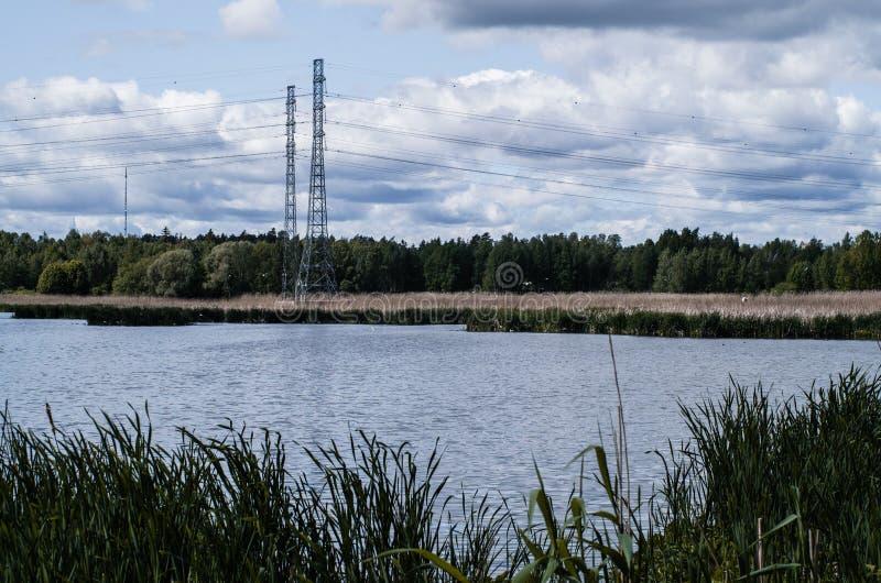Linha elétrica perto do lago imagens de stock royalty free