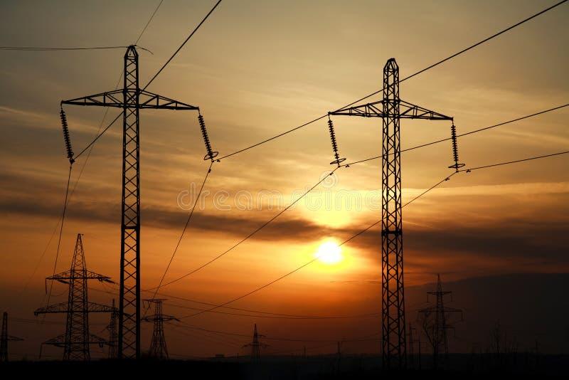 Linha elétrica torres do poder superior no por do sol dramático fotografia de stock