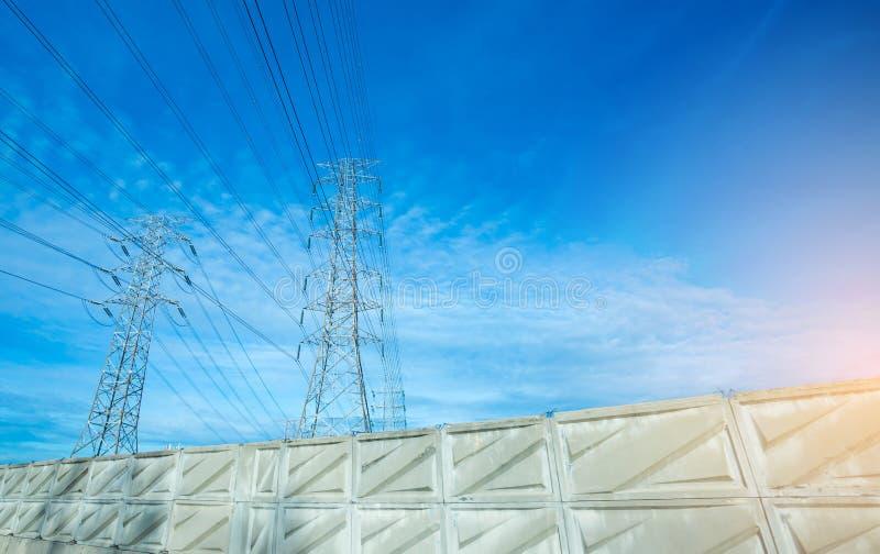 Linha el?trica de alta tens?o da torre Silhueta de facilidades da fonte de alimentação com fundo do céu azul imagem de stock