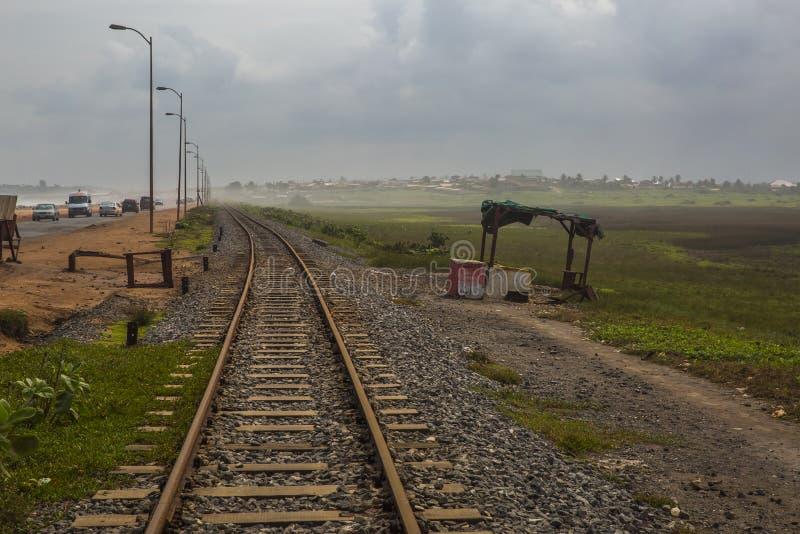 Linha ferroviária velha em Gana, África ocidental fotografia de stock royalty free