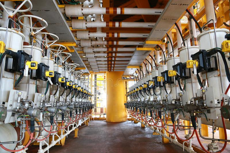 Linha múltipla de produção de petróleo e gás que controlou pelo programa ou pelo petróleo do técnico A função da válvula a fechar imagem de stock