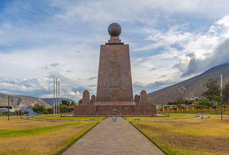 Linha monumento perto de Quito, Equador do equador fotografia de stock