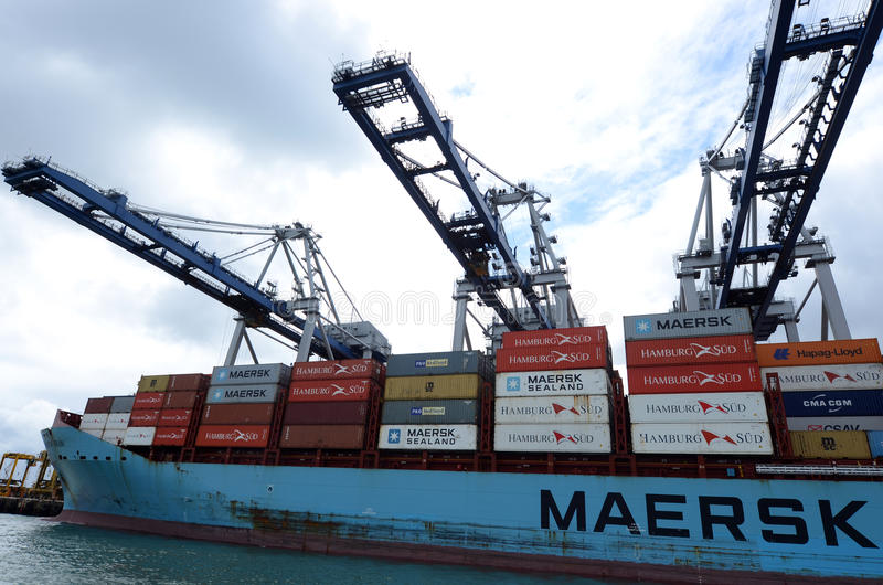 Linha navio de Maersk de carga que descarrega recipientes nos portos de Auckland fotografia de stock