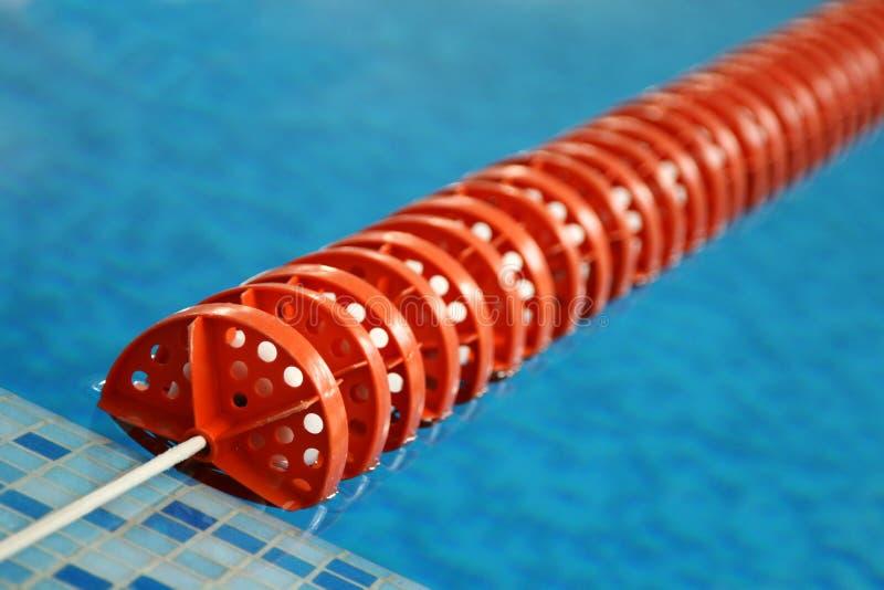 Linha plástica vermelha na piscina imagens de stock royalty free