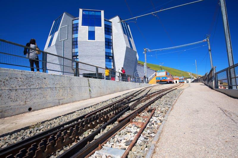 Linha railway da montanha com o restaurante no italiano - cantão falador do panorama de Ticino, em Suíça do sudeste fotografia de stock royalty free