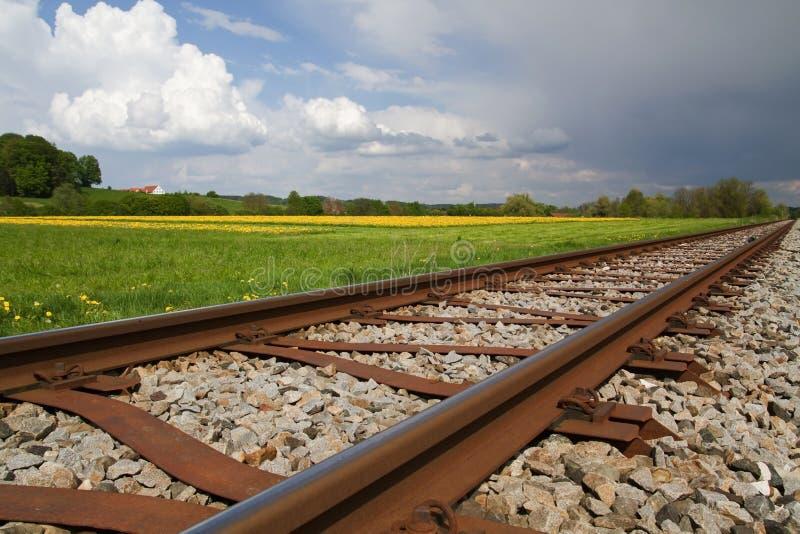 Linha Railway na mola fotografia de stock royalty free
