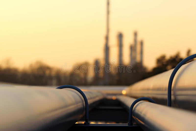 Linha transporte da tubulação na refinaria de petróleo bruta imagem de stock