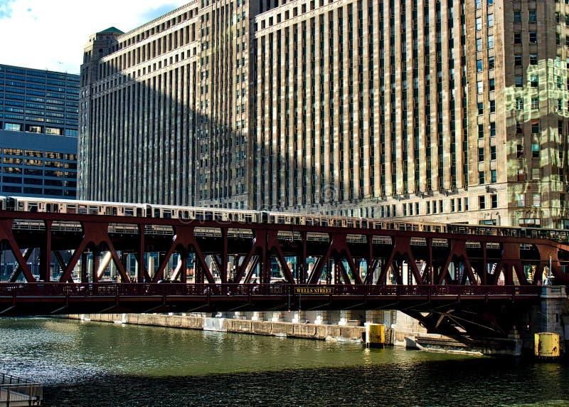 A linha trem de Brown do EL cruza a trilha elevado sobre o Chicago River ao lado do mercado de mercadoria fotografia de stock royalty free