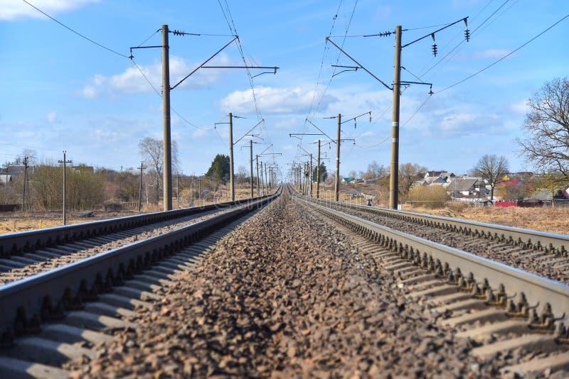 Linha trilhas de estrada de ferro na primavera na cidade imagem de stock