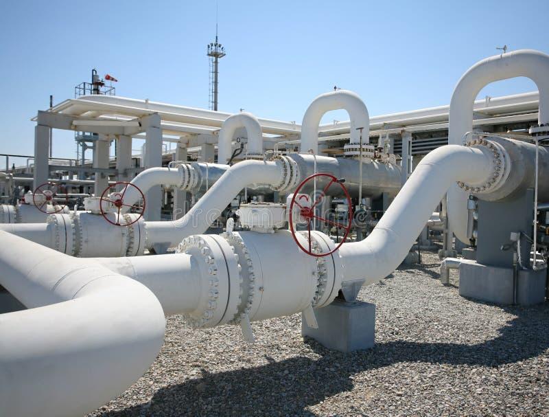 Linha válvulas da tubulação da fábrica de tratamento do gás de petróleo foto de stock