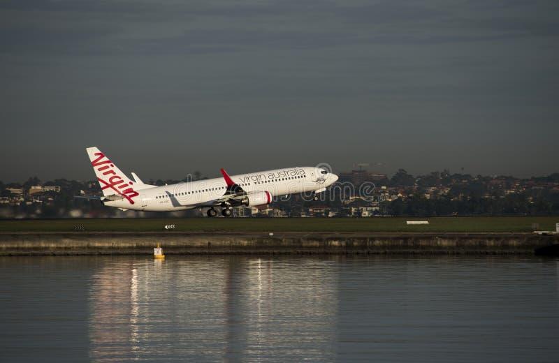 Linhas aéreas Airbus do Virgin que descola do aeroporto de Kingsford-Smith, Sydney fotografia de stock