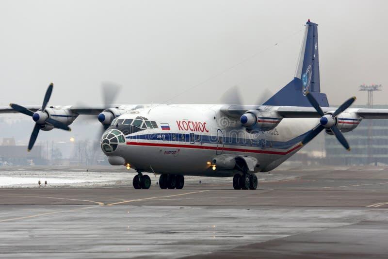 Linhas aéreas Antonov An-12 RA-11025 de Kosmos no aeroporto internacional de Sheremetyevo fotos de stock