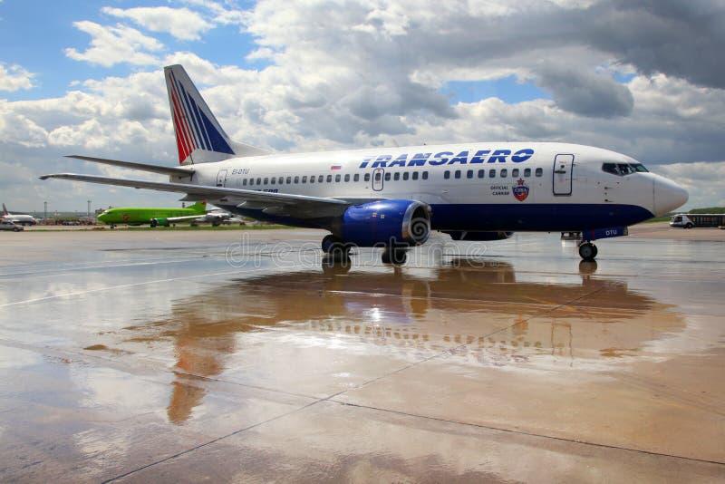 Linhas aéreas Boeing de Transaero 737-500 EI-DTU que taxiing em Domodedovo me fotografia de stock royalty free