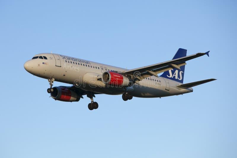 Linhas aéreas do escandinavo da aterrissagem de aviões imagem de stock royalty free