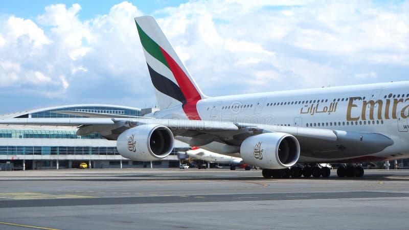 Linhas aéreas A380 dos emirados Motor do avião comercial grande essa partida de espera imagens de stock