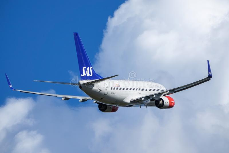 Linhas aéreas escandinavas do SAS, Boeing 737 - 700 decolam fotografia de stock royalty free
