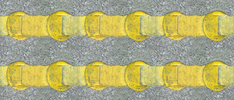 Linhas amarelas da estrada do asfalto imagens de stock