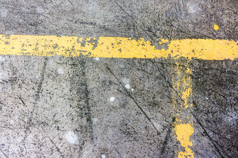 Linhas amarelas velhas do tráfego na estrada imagem de stock royalty free