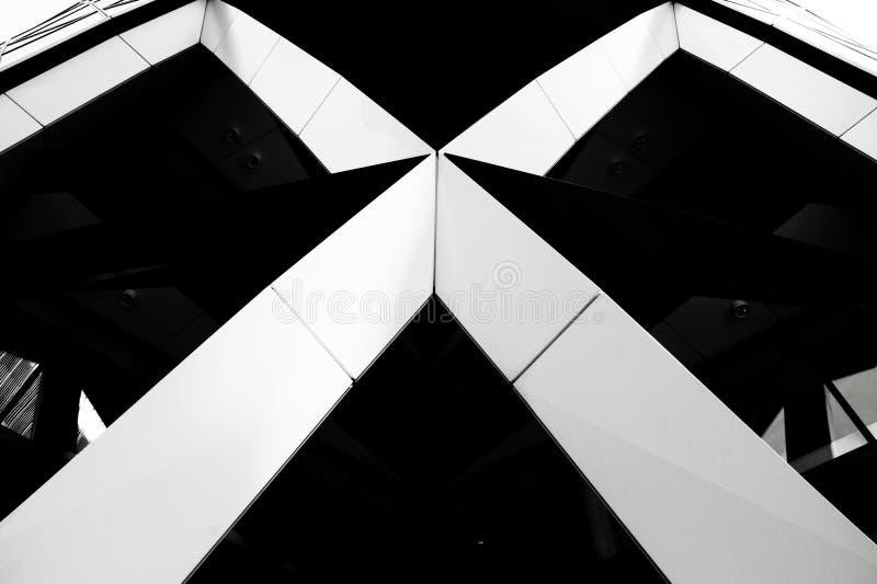 Linhas brancas dos rhomboids na construção moderna fotografia de stock royalty free