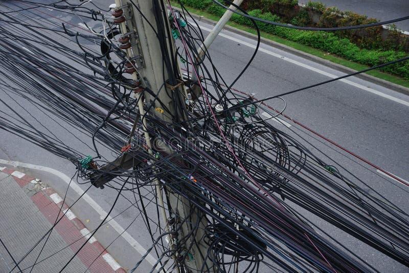 Linhas cabos de linhas elétricas desarrumados imagem de stock royalty free